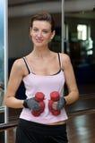 Atleta atractivo con Dumbells Foto de archivo
