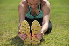 Atleta atractivo con los pies hacia fuera en frente Fotos de archivo libres de regalías