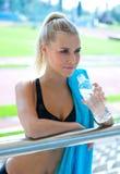 Atleta atractivo de la muchacha con la botella de agua Foto de archivo libre de regalías