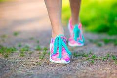 Atleta attivo in buona salute della donna di stile di vita che lega le scarpe da corsa Ragazza sportiva che si prepara per l'alle Fotografie Stock