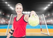 Atleta bawić się handball przeciw stadium w tle Zdjęcie Stock