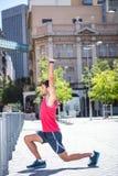 Atleta bello che fa allungamento del corpo Fotografie Stock