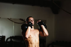 Atleta bello con Kettlebell Fotografie Stock Libere da Diritti