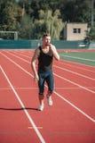 Atleta biega cukierek i je zdjęcia stock