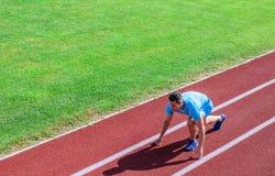 Atleta biegacz przygotowywa ścigać się Łączna ruchliwość ćwiczy ulepszać elastyczność i funkcję Biegać porady dla beginners obrazy royalty free