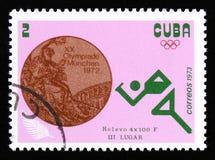 Atleta biegacz z wpisową sztafetową rasą 4x100 m od serii XX lata olimpiad, Monachium, 1972 około 1973 Zdjęcie Stock