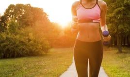 Atleta biegacza cieki biega na kieratowym zbliżeniu na bucie fotografia stock