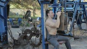 Atleta bodybuilder zrobił symulantowi zbiory
