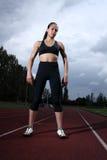 Atleta bonito da mulher nova do ajuste em trilha running Imagem de Stock