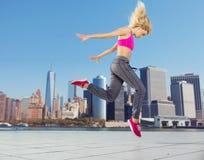 Atleta bonito que corre en el centro de la ciudad Imagenes de archivo