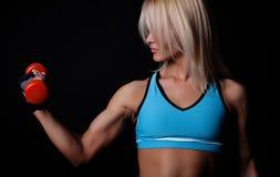 Atleta bonito que levanta pesos pesados fotografia de stock