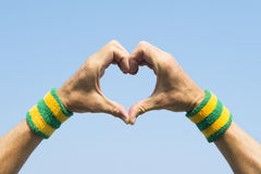 Atleta brasileiro Making Hand Heart foto de stock royalty free