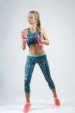 Atleta in buona salute della giovane donna che fa allenamento di forma fisica contro con le teste di legno Immagine Stock Libera da Diritti