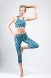 Atleta in buona salute della giovane donna che fa allenamento di forma fisica contro con le teste di legno Fotografia Stock Libera da Diritti