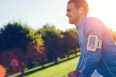 Atleta in camicia blu che fa riscaldamento prima dell'allenamento all'aperto Fotografie Stock