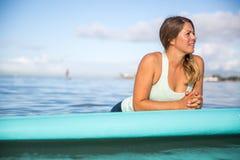 Atleta chłodzi na jej paddle desce w Hawaje Zdjęcie Royalty Free