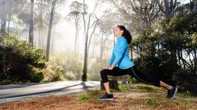 Atleta che allunga all'aperto Fotografia Stock Libera da Diritti