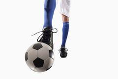 Atleta che dà dei calci ad un pallone da calcio Immagine Stock Libera da Diritti