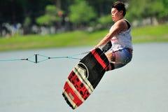 Atleta che esegue acrobazia durante campionato nazionale 2014 di Wakeboard della squadra di college & del politecnico di Singapor Fotografia Stock