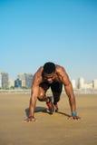 Atleta che fa allenamento di esercizio degli scalatori di montagna Fotografia Stock Libera da Diritti