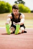Atleta che fa allungando esercitazione Immagini Stock