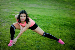 Atleta che fa allungando esercizio in natura Fotografie Stock Libere da Diritti