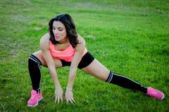 Atleta che fa allungando esercizio in natura Immagine Stock