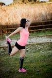 Atleta che fa allungando esercizio in natura Fotografia Stock Libera da Diritti