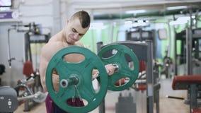 Atleta che fa esercizio per il bicipite con il bilanciere archivi video