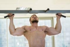 Atleta che fa Tirata-UPS Immagine Stock