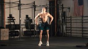 Atleta che getta bilanciere pesante stock footage