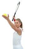 Atleta che giudica una racchetta di tennis pronta da servire Fotografie Stock