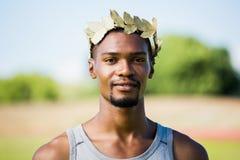 Atleta che indossa la corona romana verde dell'alloro Fotografia Stock Libera da Diritti