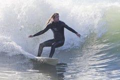 Atleta che pratica il surfing sulla spiaggia di Santa Cruz in California Fotografia Stock Libera da Diritti