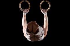 Atleta che pratica sugli anelli Fotografia Stock