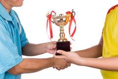 Atleta che riceve il trofeo dell'oro durante la cerimonia di presentazione premiata Immagini Stock