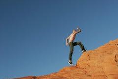 Atleta che si arrampica al picco Immagine Stock