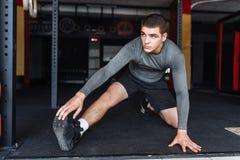 Atleta che si scalda prima di un allenamento alla palestra, addestramento del pugile Immagine Stock