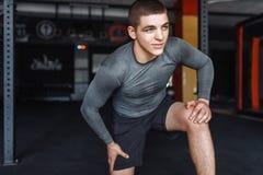 Atleta che si scalda prima di un allenamento alla palestra, addestramento del pugile Fotografia Stock
