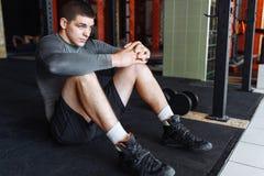 Atleta che si scalda prima di un allenamento alla palestra, addestramento del pugile Immagini Stock Libere da Diritti