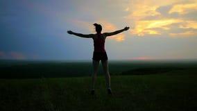 Atleta che si scalda sui precedenti di tramonto video d archivio