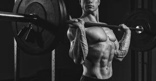 Atleta che solleva i pesi pesanti Fotografie Stock