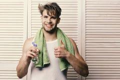 Atleta com músculos fortes Exercícios da manhã e conceito saudável do estilo de vida Indivíduo com cabelo desarrumado imagem de stock royalty free