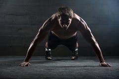 Atleta com um corpo bonito e um torso despido Foto de Stock Royalty Free