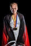 Atleta con la bandera alemana envuelta alrededor de su cuerpo Imagen de archivo