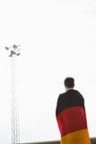 Atleta con la bandera alemana envuelta alrededor de su cuerpo Imagenes de archivo