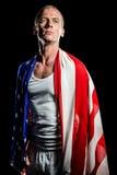 Atleta con la bandera americana envuelta alrededor de su cuerpo Fotografía de archivo libre de regalías