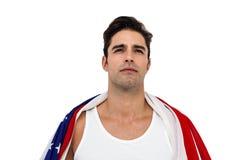 Atleta con la bandera americana envuelta alrededor de su cuerpo Foto de archivo