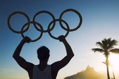 Atleta con la puesta del sol olímpica Rio de Janeiro Brazil de la playa de Ipanema de los anillos Fotos de archivo libres de regalías