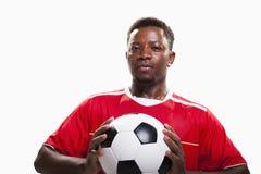 Atleta con pallone da calcio su fondo bianco Fotografie Stock Libere da Diritti